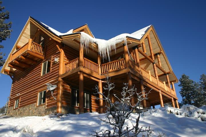 Beautiful Mountain Log Home with Mountain Views
