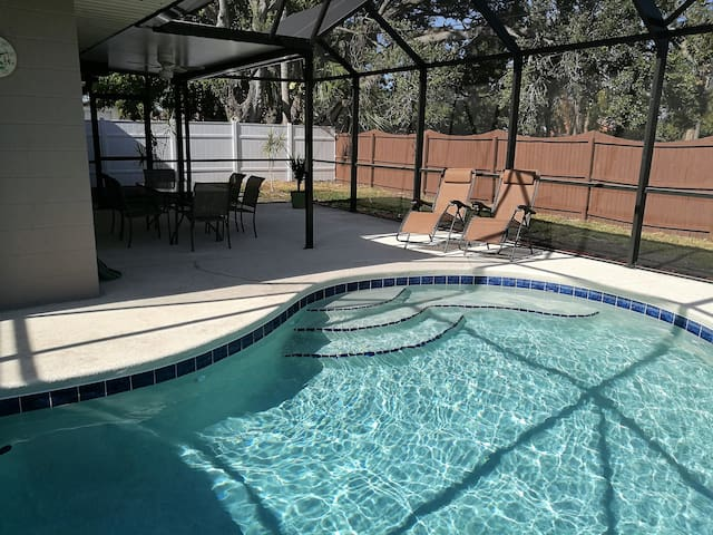 Beautiful house with pool, 7miles to beaches