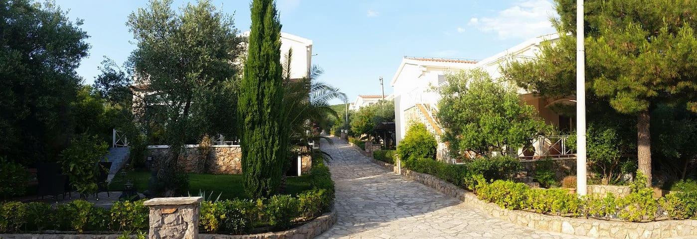 Villa with pool 250 meters from the sea! - Bigova - Rumah