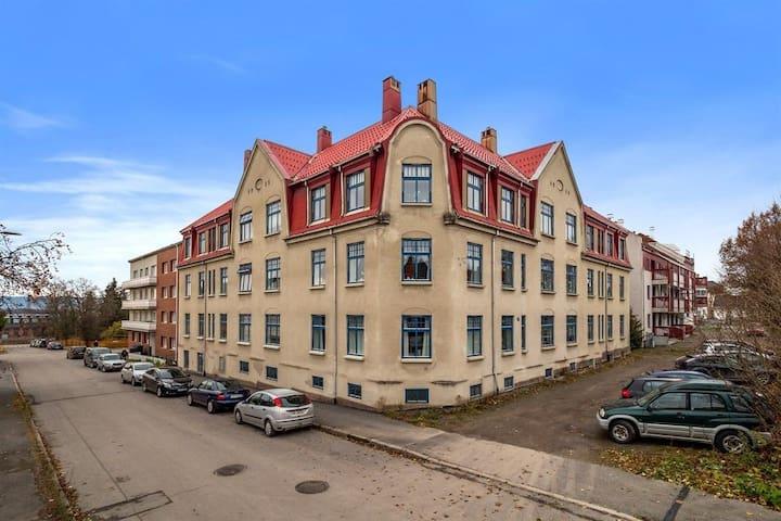 Leiligheten ligger i 1. etg. De tre vinduene til høyre for hjørnevinduet på bildet.