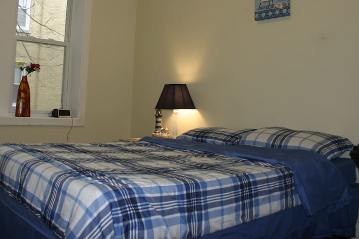 Comfy room, Quiet & Safe area & FREE PARKING!