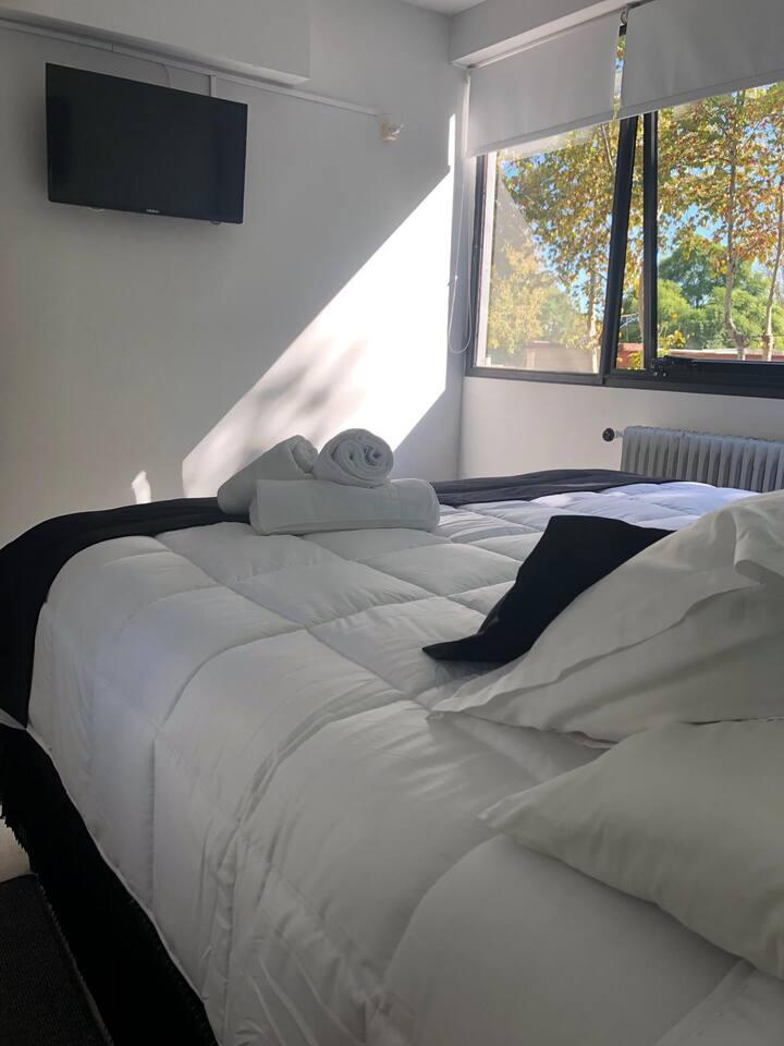 Habitacion con cama matrimonial o dos camas con baño compartido fuera de la habitacion