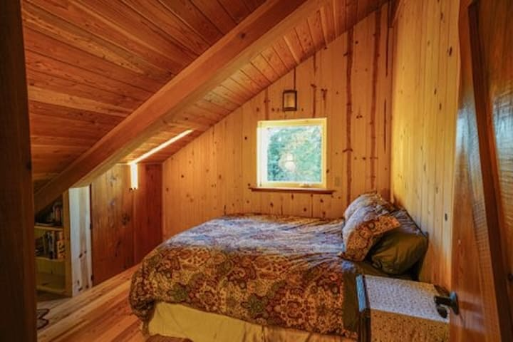 Cozy Upstairs bedroom. Queen bed, small closet.