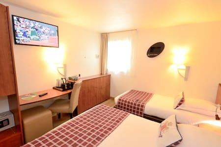 Chambre Twin équipée d'un grand lit double et d'un lit simple