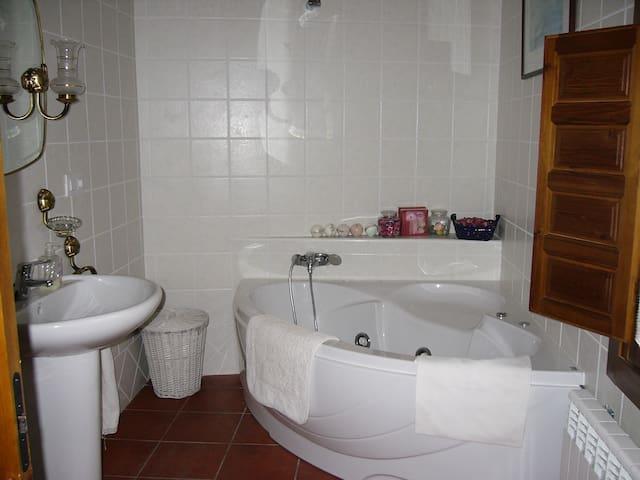Casa completa con jardin y barbacoa en Bascuñana. - Bascuñana - Hus