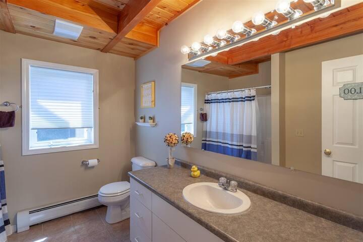 Main floor bathroom with tub/shower