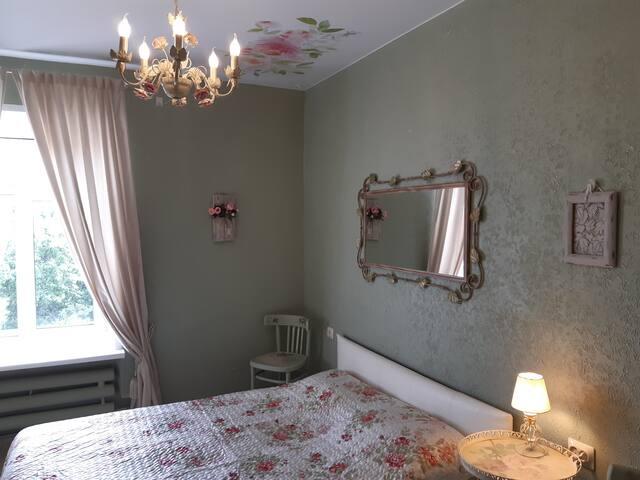 В этой спальне еврокровать ( больше двуспальной)