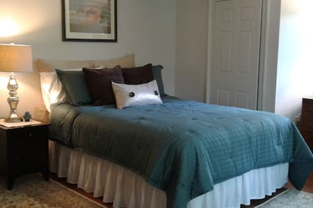 Shaker Road Farm B & B, The Jefferson Room - Canterbury
