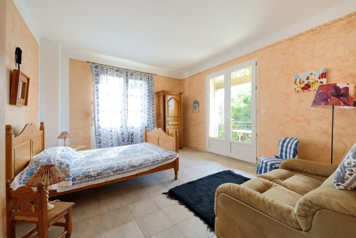 chambre avec balcon dans villa provençale