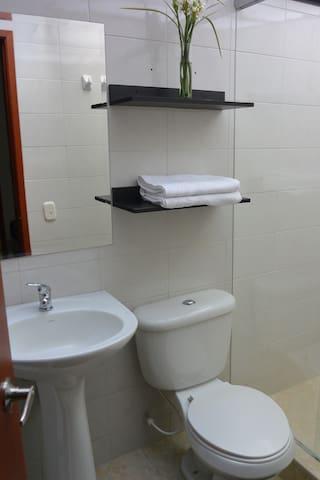 Habitación 103 doble interior con baño privado