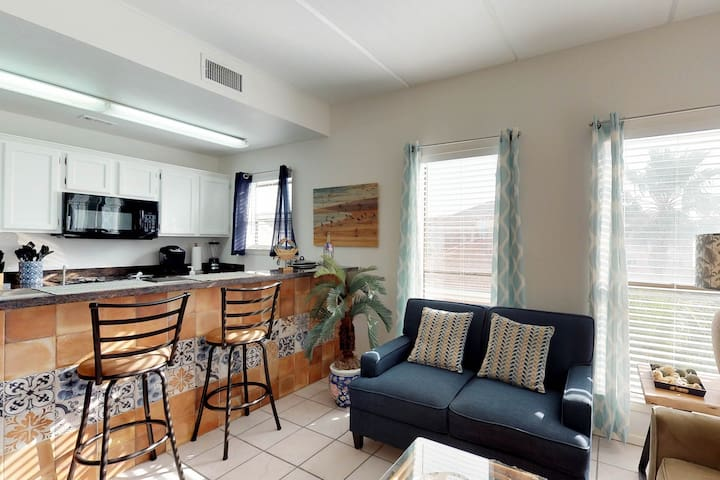 Sunny home less than a block to the beach - free WiFi & full kitchen!