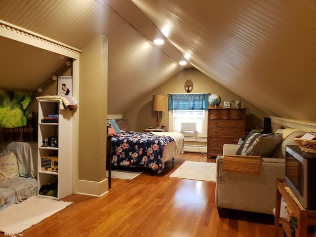 Spacious loft-style room on Lake Michigan Downtown