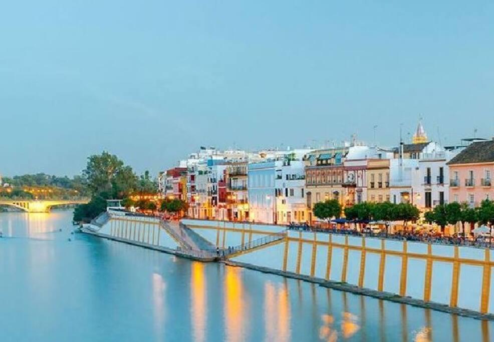 Junto a la calle Betis y el río Guadalquivir, en el corazón del casco antiguo de Triana.