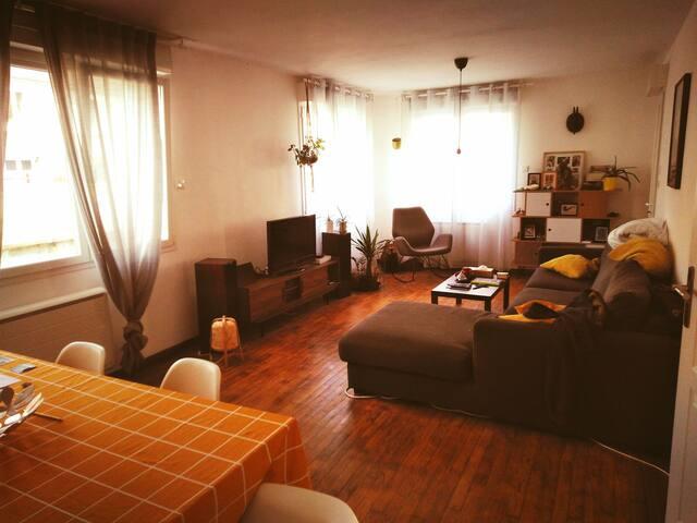 Chambre simple dans une agréable maison.