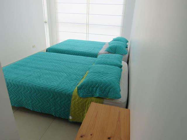 Dormitorio # 5 - 2 Camas de 2 plazas (4 personas). Baño incluido. Ubicado en el segundo piso.
