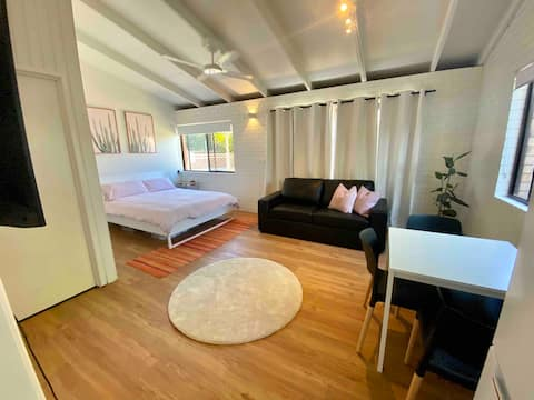 Private Granny Flat with pool access