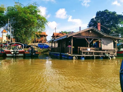 Chalet terapung by RZ Riverlodge