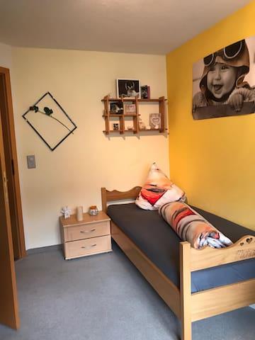 Zimmer 4 - Bett mit Arbeitsplatz