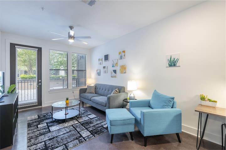 Sunny + Stylish 1 BR Apt in Popular Hyde Park
