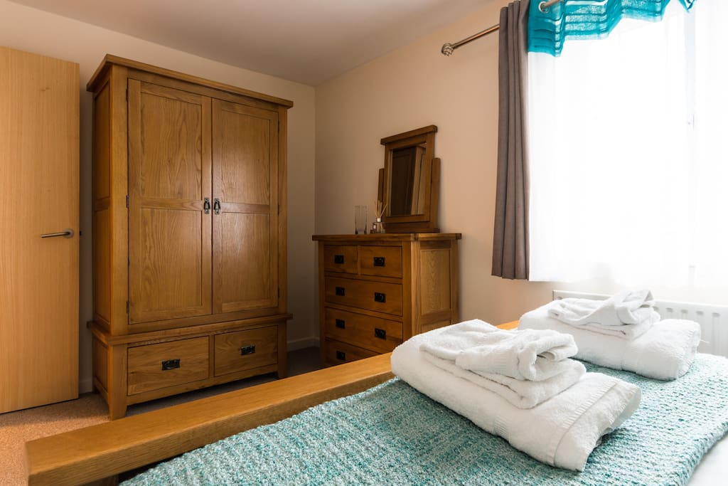 Fully furnished with Oak furnishings Double wardrobe and chest of drawers