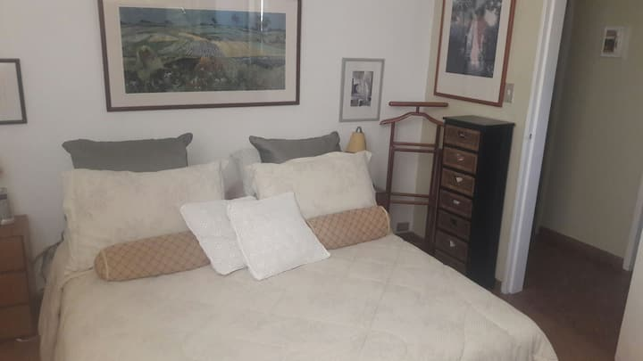 El apartamento está ubicado en una zona tranquila