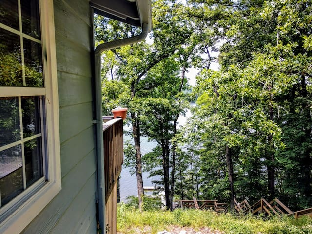 ~Cozy Cottage ~~ Lakefront Retreat ~pet friendly~