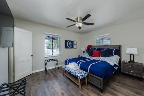 The Getaway-Large 5 Star! King Bed Great Location!