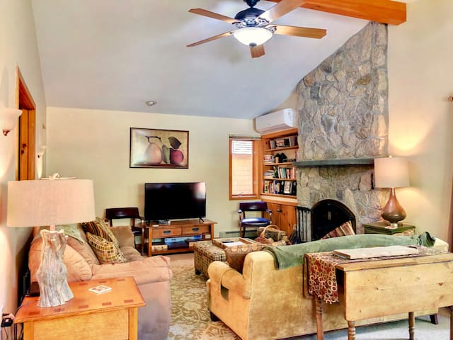 FC14: Newly renovated slopeside cottage with Air Conditioning, large patio and private yard! Walk to slopes, shuttle to anywhere in Bretton Woods! DISCOUNTED COG TICKETS AND GROCERY DELIVERY AVAILABLE!