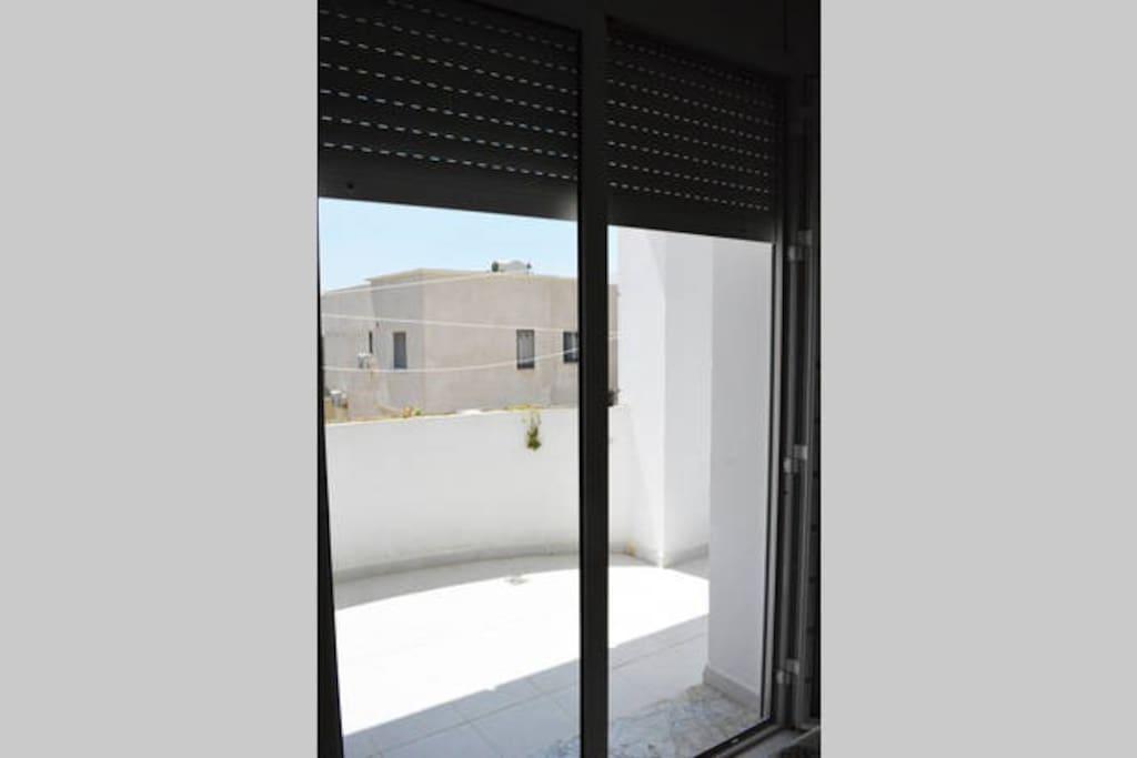 Le balcon en question, entièrement à l'ombre à partir de 14h, sur lequel vous pourrez prendre le thé ou le café de l'après-midi, dîner, passer une bonne soirée, se bronzer toute la matinée (vu que c'est par là que le soleil se lève !)