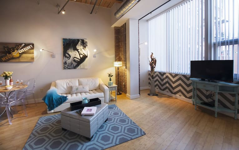 Stay Downtown Nashville AirBnB Walk Everywhere! by MusicCityLoft June