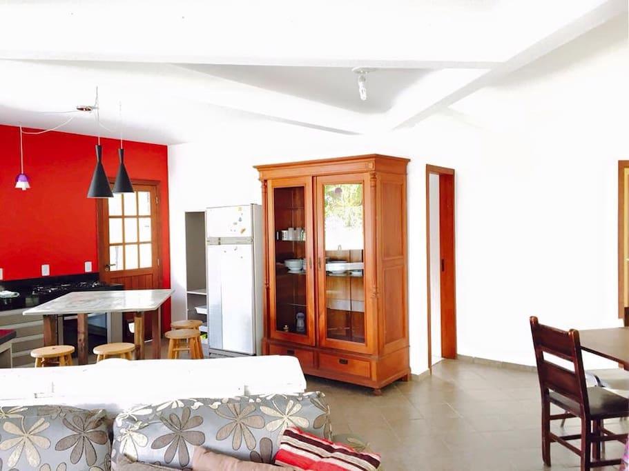Cozinha aberta com sala de jantar. Open plan kitchen and dining area.