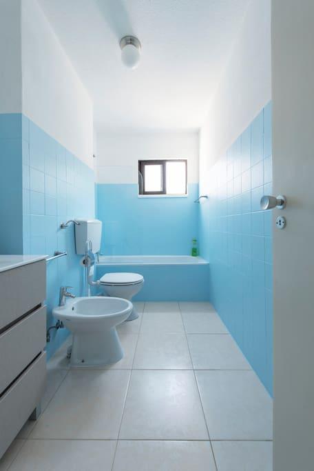 WC com banheira e janela com vista para a serra.