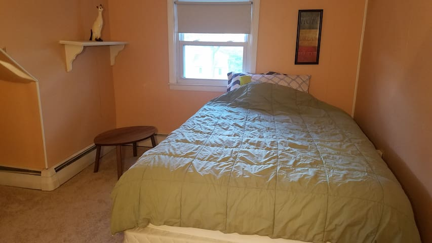 Great Location!Prvt Room+Microwave+Laundry+ Closet