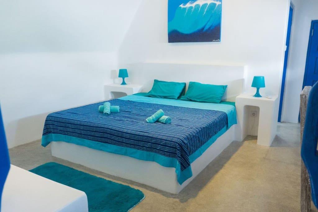 Santorini style, quiet room, wi-fi, private bathroom