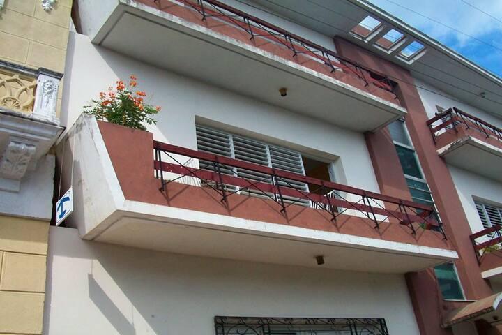 Hostal Daysi y Camilo tiene un balcon con jardin. - Cienfuegos - Apartment