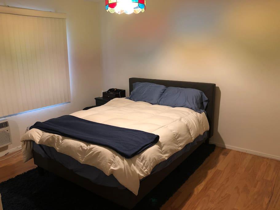 Queen bed w/ add'l air mattress