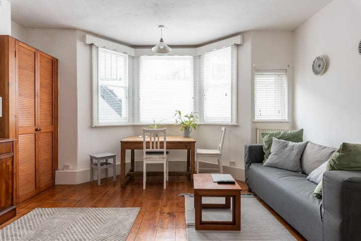 Bright and cosy 1bed flat, 5 mins from Marina!