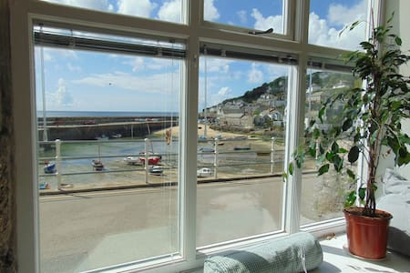 Lovely, light harbourfront house in village centre - Mousehole - Talo