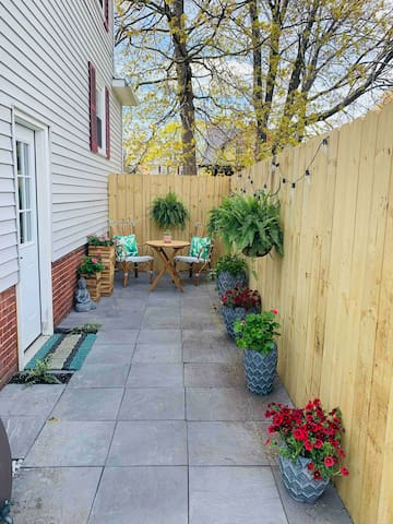 Dog friendly Rosemont studio Sauna & Private Patio