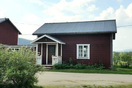 Mysig stuga belägen på vacker hästggård.