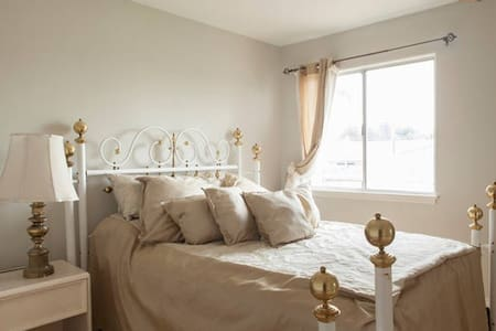Private bedroom with its own closet - Lomita