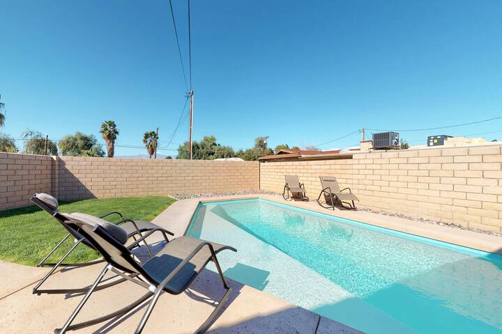 Updated ranch home w/ a full kitchen, private pool, BBQ, & enclosed yard