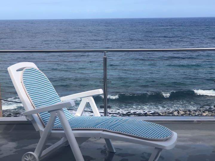 Tome el sol mientras descansa Junto al mar