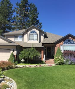 4 Bedroom sleeps 6 comfortably. Nice neighborhood - Spokane - House