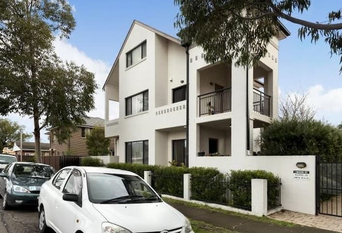M's guestroom+wifi&solo bathroom - Parramatta - Rekkehus
