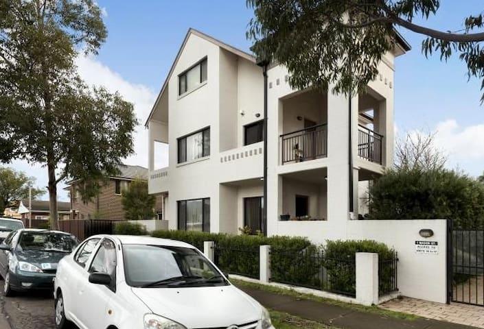 M's guestroom+wifi&solo bathroom - Parramatta - Stadswoning