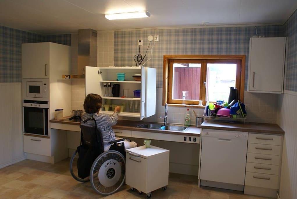Köket är fullt utrustat och är funktionshinderanpassat med höj och sänkbara skåp och köksbänk.