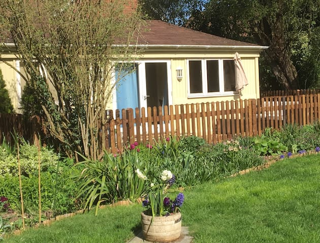Charming Chalet in beautiful garden in South Downs - Hampshire - Dağ Evi