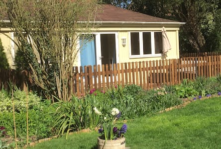 Charming Chalet in beautiful garden in South Downs - Hampshire - 牧人小屋