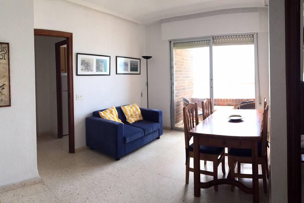 Salón muy iluminado y con magnificas vistas como el resto del apartamento.